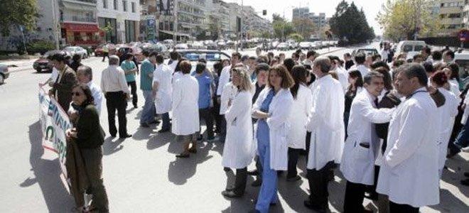 Η τρόικα τρώει γιατρούς και εργαζόμενους το 2013!