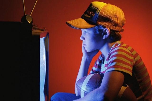 Πόσο παχαίνει η τηλεόραση τα παιδιά τώρα στις γιορτές;