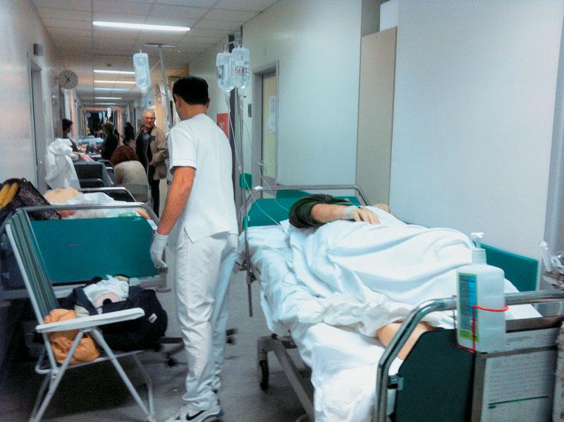 Απίστευτο: Συγγενείς κουβαλούν στα χέρια τους ασθενείς λόγω έλλειψης τραυματιοφορέων!