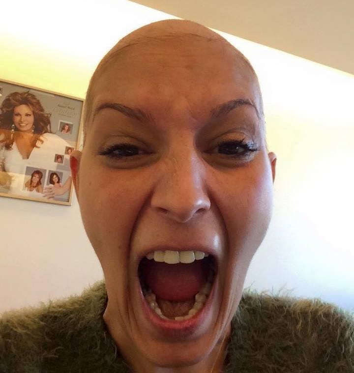 Δείτε τη Χριστίνα που πάσχει από καρκίνο και στέλνει συγκλονιστικό μήνυμα ζωής μέσω facebook!