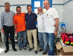 Aπό αριστερά: Κονταράτος Πανορμίτης (Δήμαρχος Αστυπάλαιας), Μπιλίρης Απόστολος, (Πρόεδρος Ομάδας Αιγαίου), Τρύφων Θεόδωρος (Αντιπρόεδρος ELPEN), Πλακογιαννάκης Γιώργος (Καρδιολόγος, Μέλος της Ομάδας Αιγαίου), Κοντοές Παρασκευάς (Πλαστικός Χειρουργός, Μέλος της Ομάδας Αιγαίου).