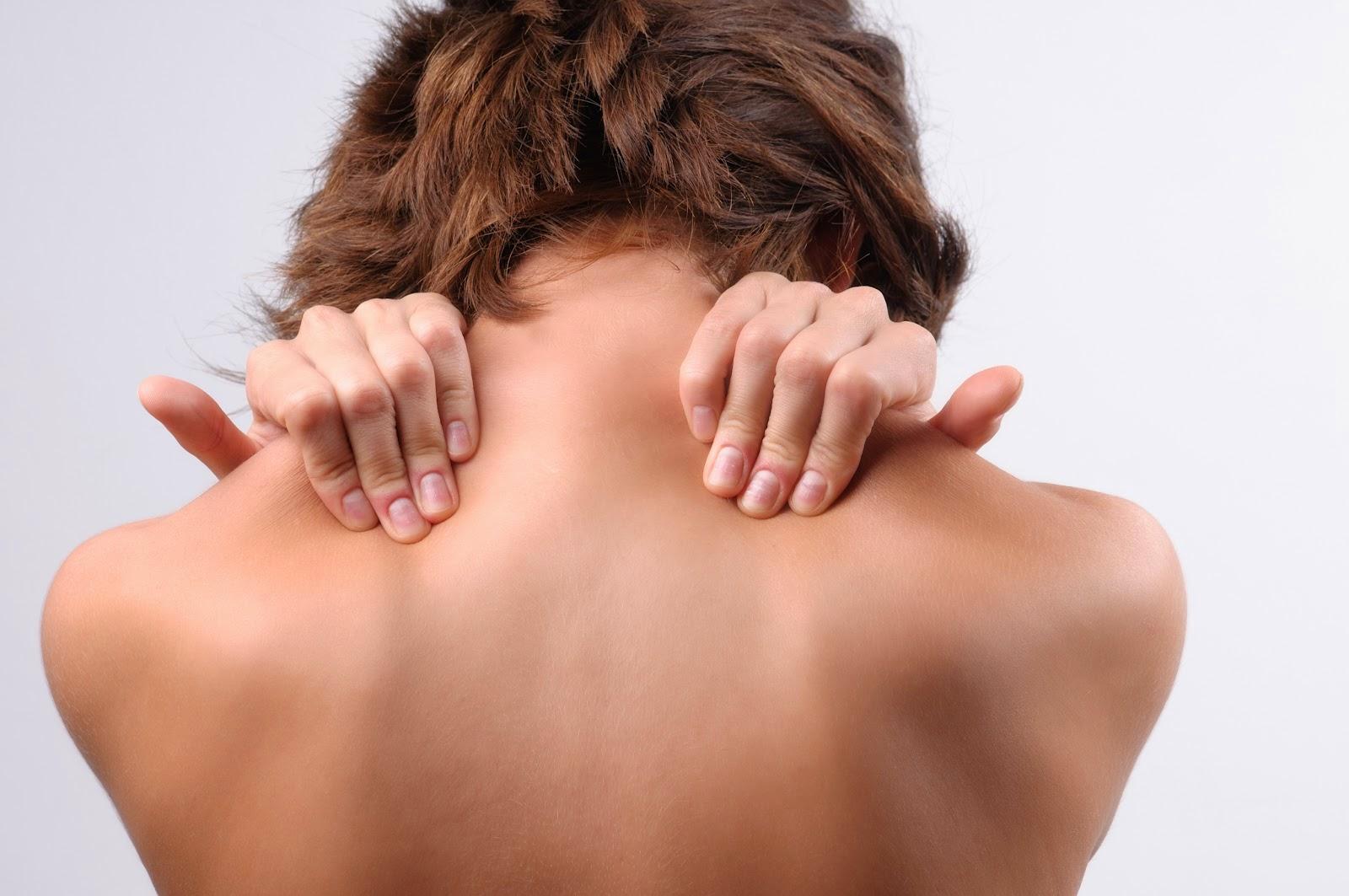Φαγούρα στην πλάτη: Τι φταίει και τι πρέπει να κάνετε