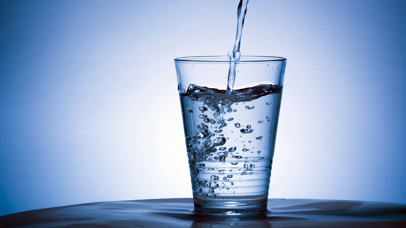 Καύσωνας: Πόσο νερό πρέπει να πίνετε