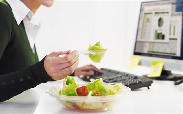 Τι να μη τρώτε για να μη νυστάζετε στο γραφείο