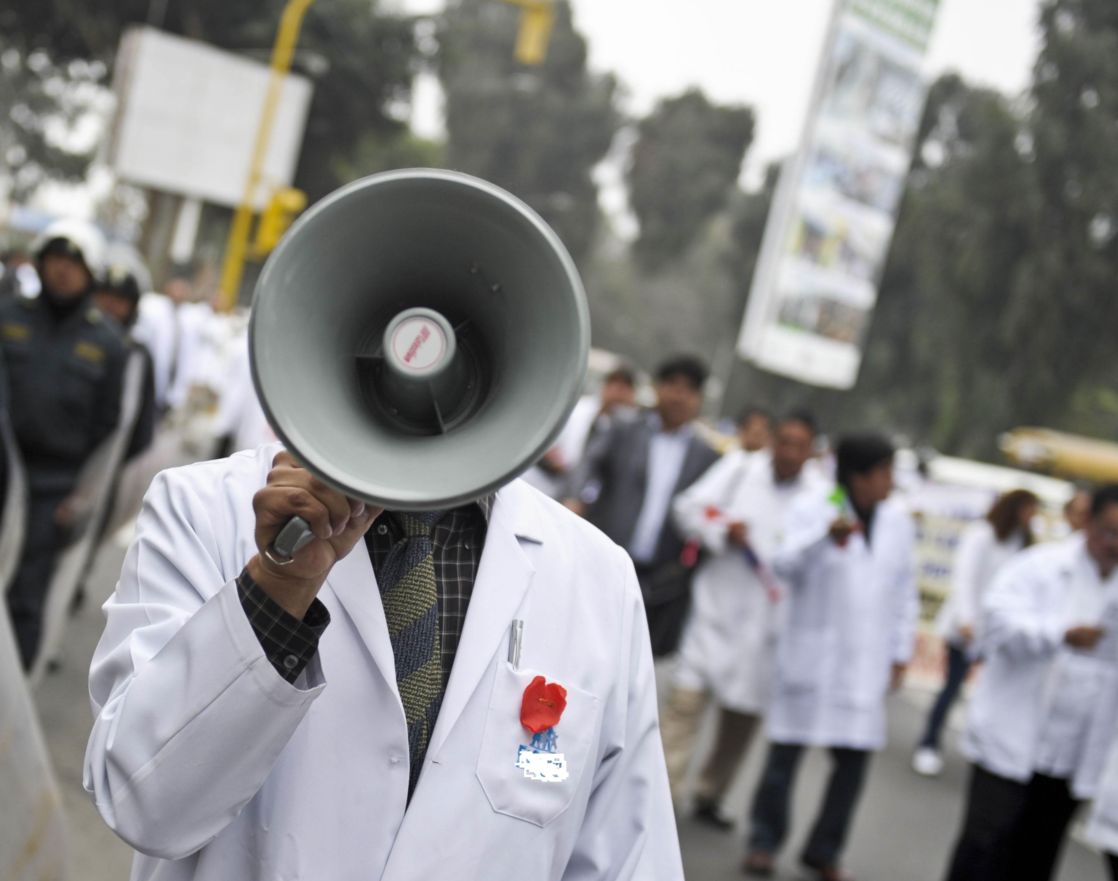 Στο δρόμο οι «λευκές μπλούζες» κατά του ασφαλιστικού! Πανυγειονομικές κινητοποιήσεις