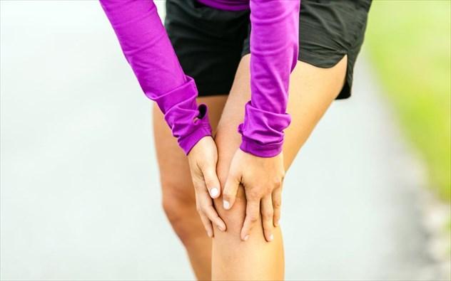 Πόνος στα γόνατα: Πέντε τρόποι άμεσης αντιμετώπισης που προτείνουν οι ειδικοί