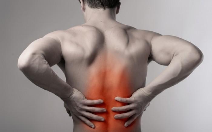 Πόνος στην πλάτη: Οι πιθανές αιτίες & πότε να ανησυχήσετε