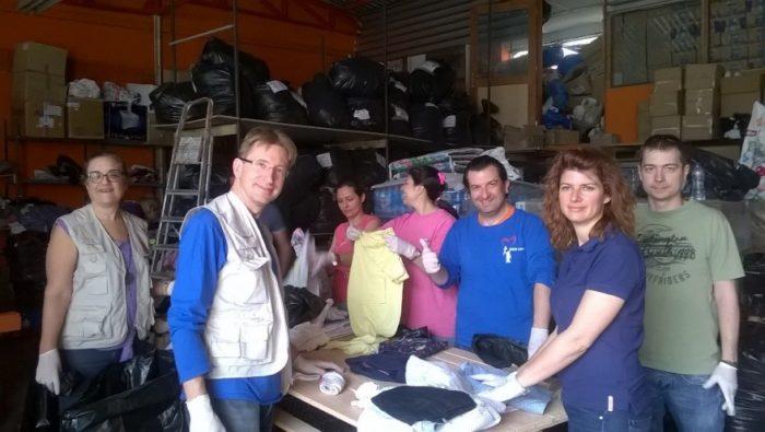 Ο Γενικός Διευθυντής της BMS ανάμεσα σε στελέχη της εταιρείας στο ξεκαθάρισμα των ρούχων για τους πρόσφυγες