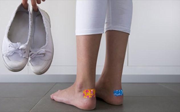 Φουσκάλες στα πόδια: Τα πέντε λάθη που κάνετε και δεν κλείνουν οι πληγές