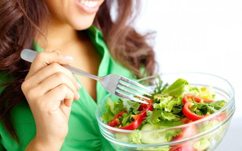Διατροφή μετά τα 40: Ποιες αλλαγές πρέπει να κάνετε για να μην παίρνετε κιλά