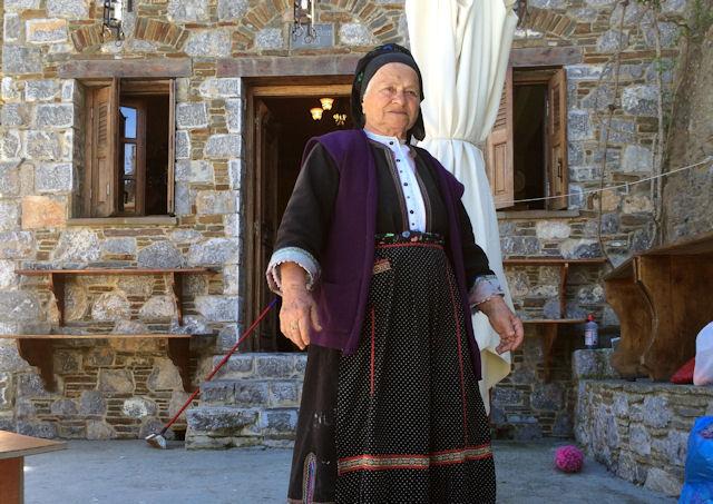 Ηλικιωμένη με παραδοσιακή φορεσιά στην Όλυμπο της Καρπάθου