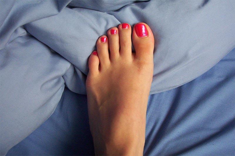 Μούδιασμα στα πόδια: Οι βασικοί λόγοι που το προκαλούν