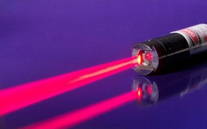 Γιατί κινδυνεύουν τα μάτια των παιδιών από τα laser pointers και τα παιχνίδια με λέιζερ