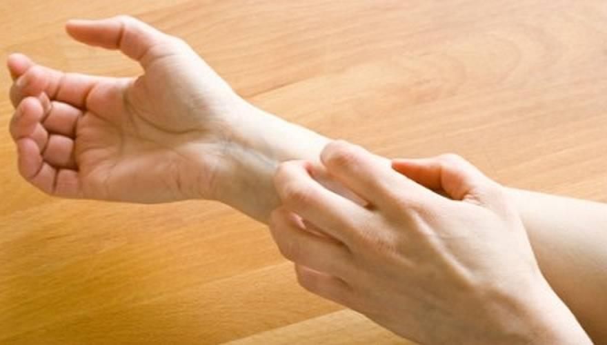 Δερματίτιδα στα χέρια: Πού οφείλεται, με ποια συμπτώματα εκδηλώνεται