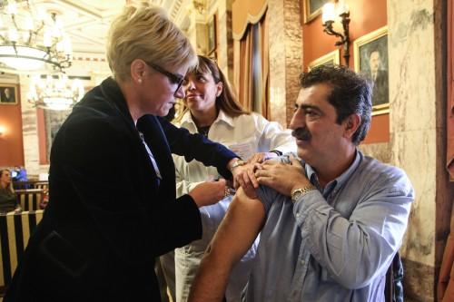 Άδωνις και Πολάκης εμβολιάσθηκαν με το αντιγριπικό εμβόλιο στη Βουλή