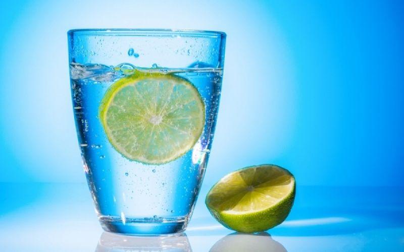 Νερό με λεμόνι: Με ποιους τρόπους ωφελεί την υγεία;