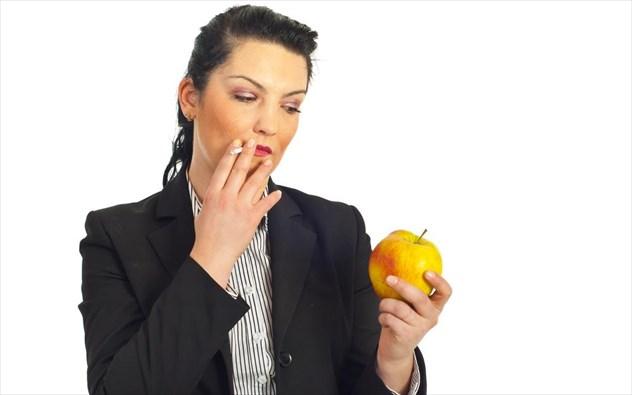 Οι top τροφές και βιταμίνες που ωφελούν τους καπνιστές!