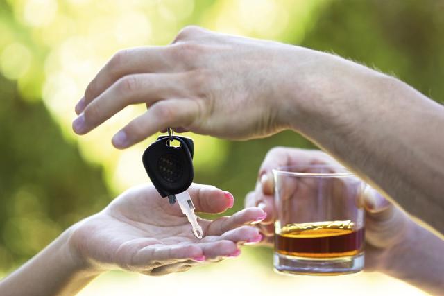 Αλκοόλ και φάρμακα: Δείτε πως επηρεάζουν την οδήγηση