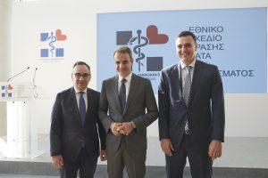 Ο Κυριάκος Μητσοτάκης με τον υπουργό Βασίλη Κικίλια και τον υφυπουργό Βασίλη Κοντοζαμάνη