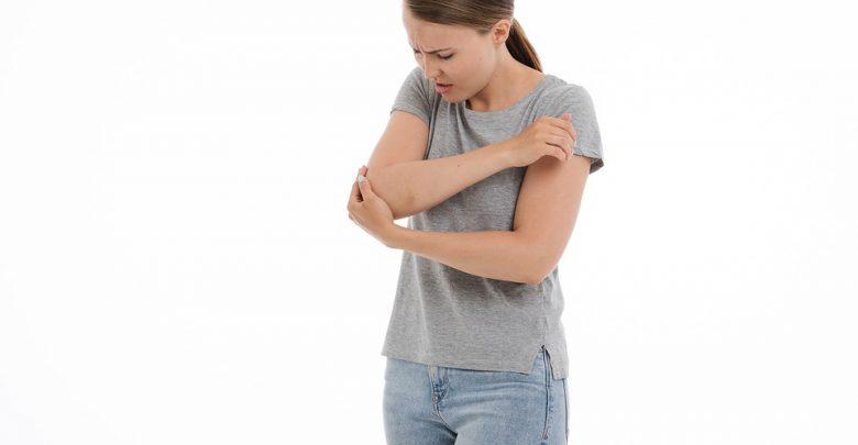 Πόνος στον αγκώνα: Ποιες αιτίες προκαλούν το σύμπτωμα