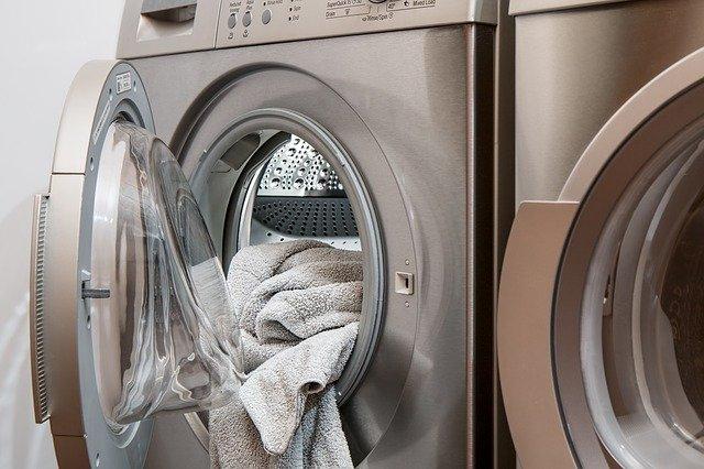 Κορονοϊός: Πώς πλένουμε τα ρούχα για να προστατευθούμε από τον ιό