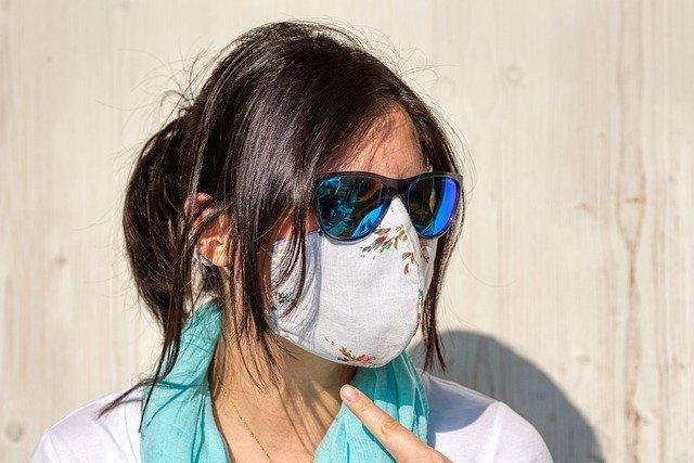 Κορονοϊός: Τι να κάνετε για να μην θολώσουν τα γυαλιά σας όταν φοράτε μάσκα;